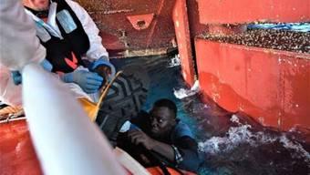 Die italienische Küstenwache rettet 2121 Flüchtlinge aus dem Mittelmeer.