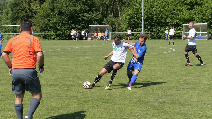 Der Urdorfer Velisav Stevovic (links) behauptet den Ball gegen den Engstringer Torschützen Giuliano Miele (rechts).