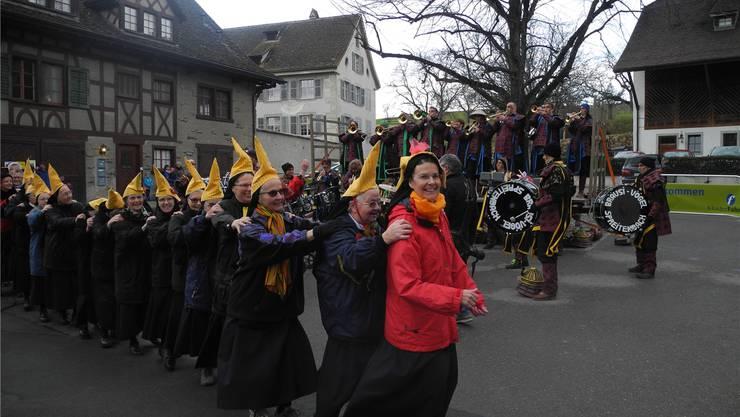Priorin Irene Gassmann (vorne Mitte) und die Klosterfrauen liessen sich von den Klängen der Gugge mitreissen. Sibylle Egloff