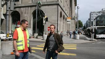 Bauleiter Felix Wälty (links) und Markus Kissling, Projektleiter beim Kanton, besprechen sich im Bereich Poststrasse/Bahnhofstrasse. Kel