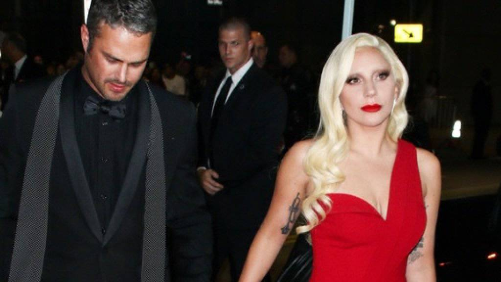 Lady Gaga und ihr Gefährte Taylor Kinney bei der Premiere der TV-Serie «American Horror Story: Hotel», in der sie eine Blutsaugerin spielt (Archiv).