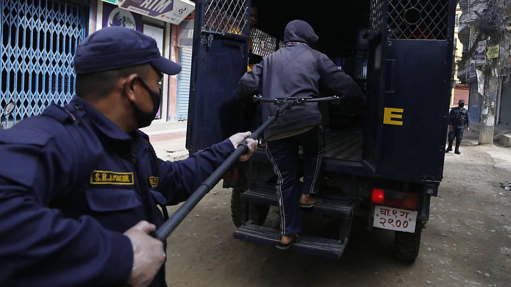 Social Distancing: Polizisten nehmen Leute mit Klammern fest