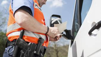 Die Polizei kontrollierte ein verdächtiges Auto bei einem Parkplatz in Spreitenbach (Symbolbild).JPG