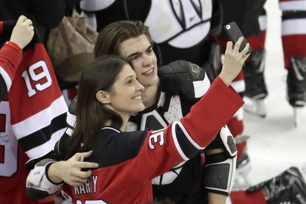 Nico Hischier wird von den New-Jersey-Fans vergöttert. Hier posiert er mit einem weiblichen Fan für einen Selfie.