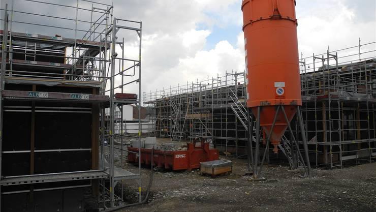 In gut einem Jahr sollen die drei neuen Wohn- und Ateliergebäude der Stiftung MBF bezugsbereit sein. mf