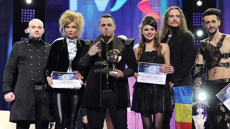 Weil der Sender TVR Schulden in Millionenhöhe hat, darf der rumänische ESC-Kandidat Ovidiu Anton (Mitte, mit Pokal) nicht an der Sendung in Stockholm teilnehmen. (Archivbild)