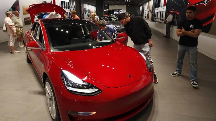 Nächste Kehrtwende von Tesla-Chef Elon Musk: Das Model 3 gibt es nur noch im Laden oder per Telefon zu bestellen. Die Basisversion als Elektroauto zum Preis von 35'000 Dollar wurde schon nach kurzer Zeit wieder aus dem Online-Angebot genommen. (Archivbild)