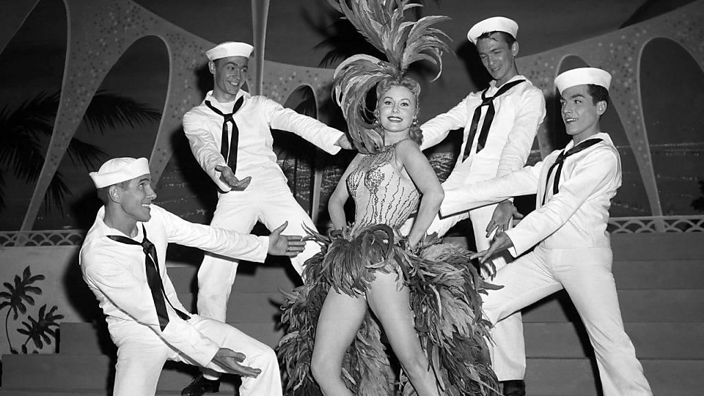 Schauspielerin Rhonda Fleming als Sängerin und Tänzerin in Las Vegas.