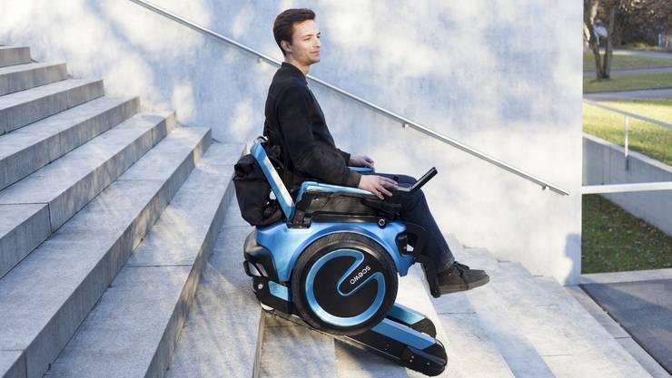 Der treppensteigende Rollstuhl von Scewo ähnelt einem Segway mit integriertem Raupensystem.