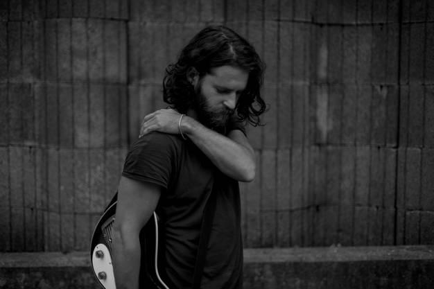 Der Tessiner Singer-Songwriter Andrea Bignasca verbindet Stimme, Gitarre und Soul zu einer beachtlichen Performance.