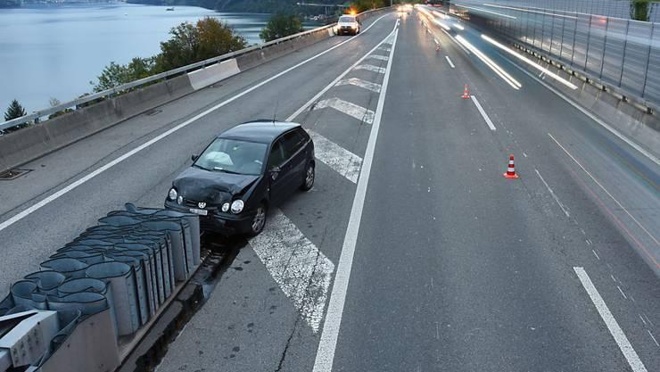 Hat seine Schuldigkeit getan: Der Aufpralldämpfer auf der A2 bei Beckenried stoppt eine Lenkerin.