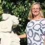 Silvia Seifert präsentiert ihre Skulptur «Vom Winde verweht».