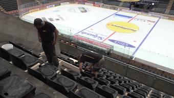 Sitzen statt stehen – die Eishockeywelt baut um.