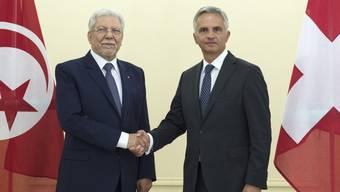 Bundesrat Didier Burkhalter (rechts) begrüsst Tunesiens Aussenminister Taieb Baccouche am Dienstag in Bern.