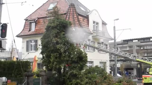 Die Feuerwehr Dietikon entfernt den Baum von der Fahrleitung 2
