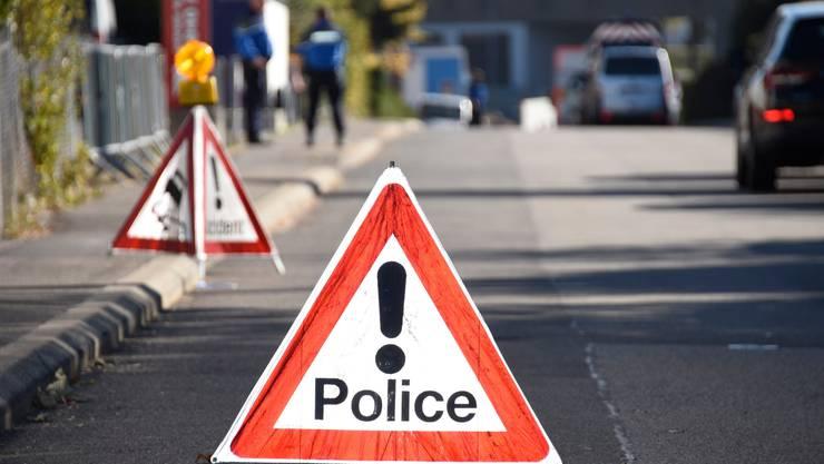 Der Fahrer des Audi durchbrach mit dem Wagen eine Strassensperre und streifte auf der Flucht ein Taxi.