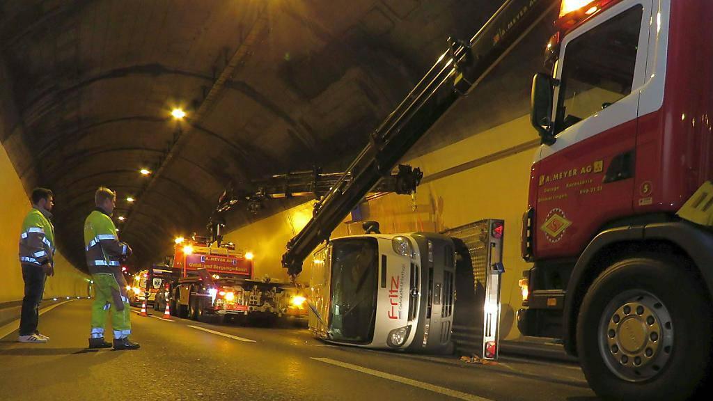 Der mit einem Lieferwagen falsch beladene Anhänger kippte bei der Fahrt durch den Autobahntunnel an der Baregg um.