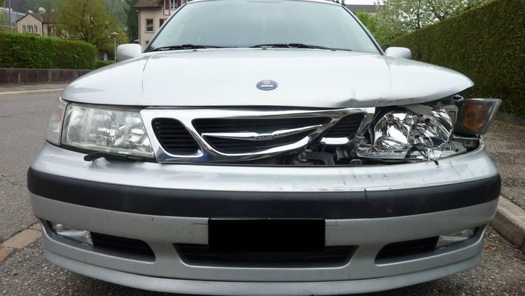 Der graue Saab wurde vorne links beschädigt.