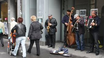 Diese rumänischen Strassenmusiker in der Basler Freien Strasse haben weniger Einnahmen.