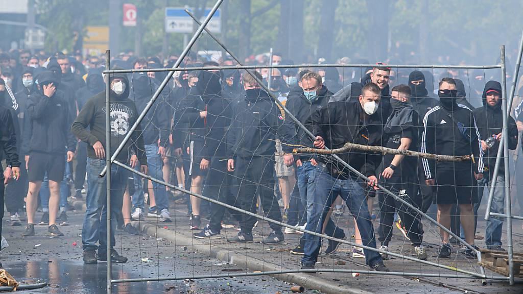 In Dresden ist es am Sonntagabend nach einem Fussballspiel zu gewalttätigen Ausschreitungen gekommen.
