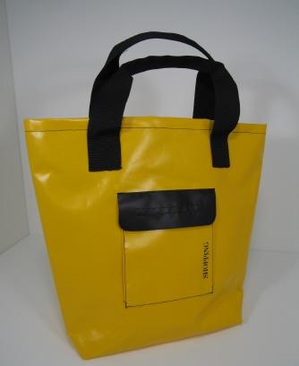 Die gelbe Einkaufstasche ist aus neuer Kunststoffblache.