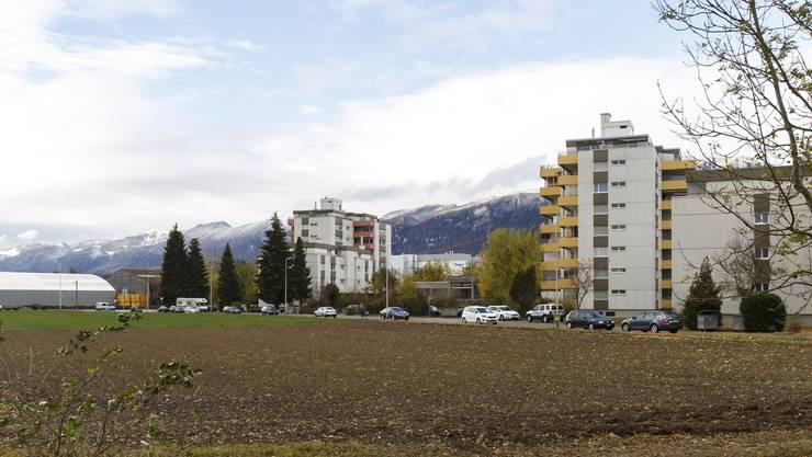 Auf dem Acker (vorne) ist eine Überbauung geplant, in ähnlicher Höhe wie die bestehenden Bauten. Auf die Wiese im Hintergrund kommt ein Landi-Laden.