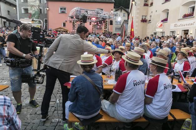 Moderator Kilchsperger schüttelt vor der Sendung jedem einzelnen Zuschauer die Hand.