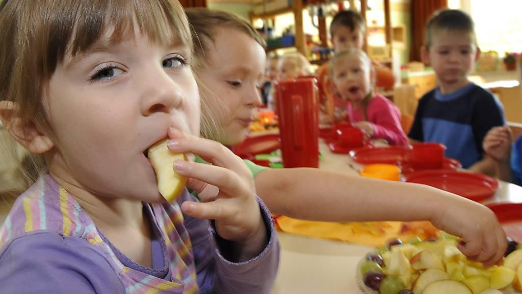 Bezahlbare und qualitativ hochwertige Kinderbetreuung ist laut Unicef in einigen der reichsten Länder der Welt - auch in der Schweiz - für Eltern immer noch nicht verfügbar. (Symbolbild)