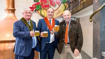 «Prost» Markus Zemp, Präsident des Schweizerischen Brauereiverbandes, Regierungsrat Markus Dieth und Müllerbräu-Chef Felix Meier (von links).