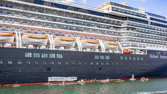 Klimaaktivisten blockieren Kreuzfahrtschiff in Deutschland