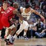Josh Hart (Mitte), Guard der New Orleans Pelicans, gegen P.J. Tucker von den Houston Rockets