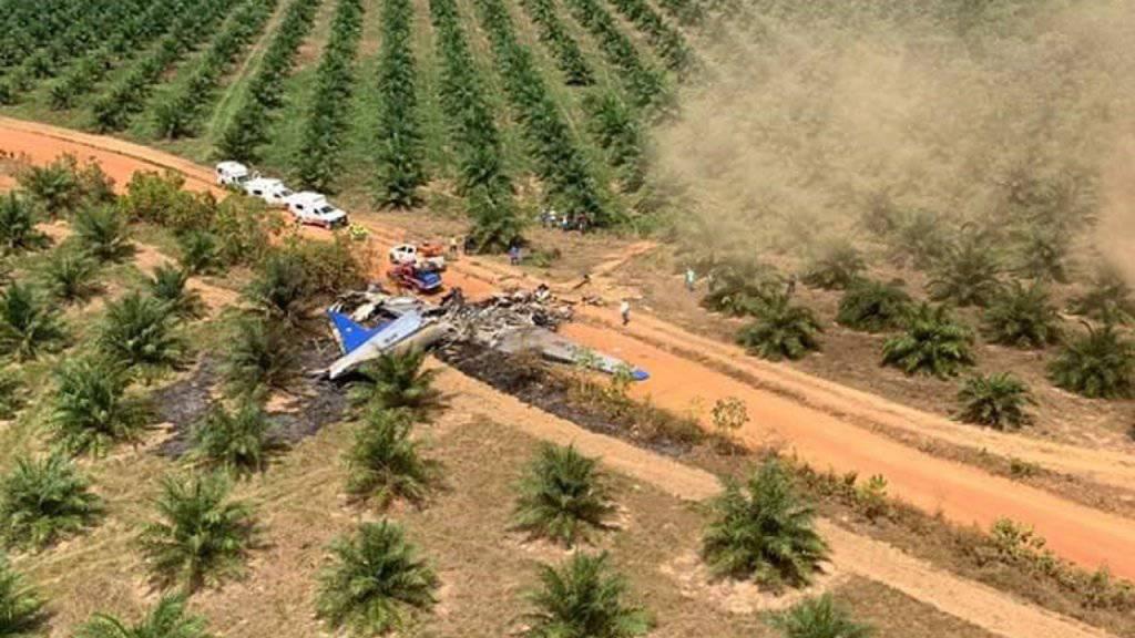 Die Maschine des Typs DC-3 stürzte in der Nähe der kolumbianischen Stadt Villavicencio auf ein Feld und brannte aus. Alle 14 Menschen an Bord kamen ums Leben.
