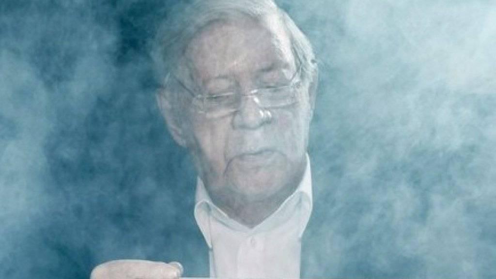 Mit dem Rauchen aufhören? Pustekuchen! Helmut Schmidt darf trotz gesundheitlicher Probleme mit ärztlicher Erlaubnis weiter rauchen (Archiv).