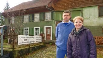 Bereits heute Abend steht hier kein Haus mehr: Ursula und Peter Vogelsang aus Vogelsang vor der einstigen Wirtschaft Vogelsang.  BY