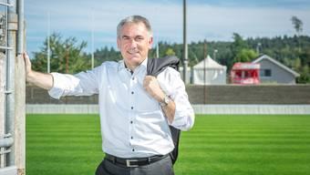 Beim Fototermin im Brügglifeld bedauert Alex Hürzeler den Umstand, wegen anderer Verpflichtungen das Derby nicht live vor Ort verfolgen zu können.