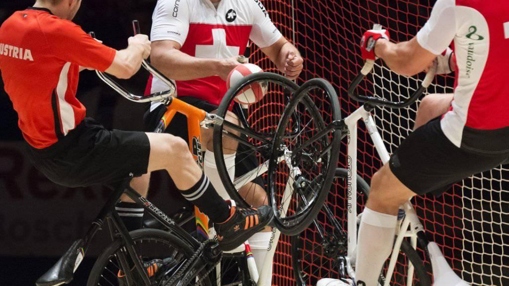 Roman Schneider und Dominik Planzer wehren sich gegn den Österreicher Patrick Schnetzer