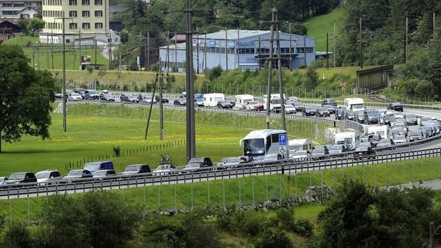 Die Staus auf den Schweizer Autobahnen nehmen zu (Archiv)