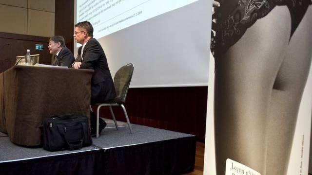 Calida-CEO Felix Sulzberger (links) und ein Plakat für sein Produkt