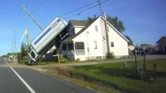Endstation Hausdach für diesen Truck im kanadischen Ontario.