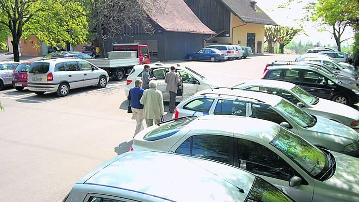 Neue Gäste kommen an, doch Parkplätze hat es keine mehr.  (Bild: wal)