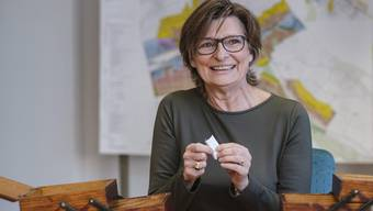 Intuitiver Griff im Sitzungszimmer der Gemeinde Gelterkinden: Christine Mangold zieht das Stichwort «Verwandtschaft».