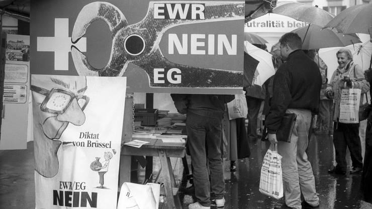 Vor 25 Jahren – am 6. Dezember 1992 – wurde der Beitritt der Schweiz zum Europäischen Wirtschaftsraum (EWR) bei hoher Stimmbeteiligung äusserst knapp abgelehnt. Bis heute bleibt das Verhältnis der Schweiz zur Europäischen Union politisch virulent. Wir blicken auf den heftigen, hochemotional geführten Abstimmungskampf zurück.