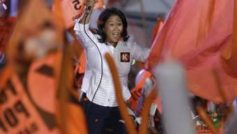 Sie wäre die erste Frau an der Spitze Perus: Keiko Fujimori, hier vor jubelnden Anhängern in der Hauptstadt Lima.