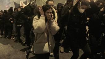 Demonstranten in Athen flüchten vor von der Polizei eingesetztem Tränengas
