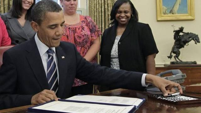 US-Präsident Barack Obama setzt das Gesetz mit seiner Unterschrift in Kraft.