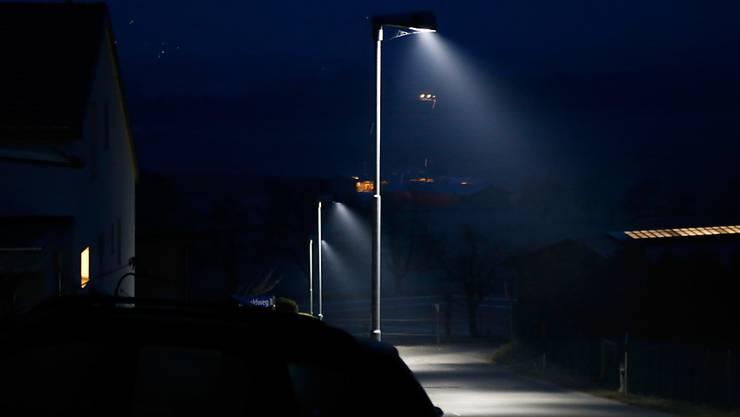 Die Halbierung der Leistung der Lampen führt zu geringerer Lichtverschmutzung und tieferen Kosten. (Symbolbild)