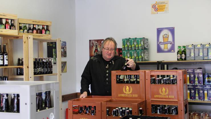 Peter Loosli verkauft in seiner Bierhütte mit Enthusiasmus Schweizer Biere. Das Lokal befindet sich neu an der Emmenstrasse 1 in Biberist.