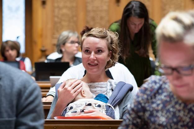 Das Parlament wird jünger: Irène Kälin nahm ihren Sohn mit in den Ratssaal. Bild: Anthony Anex/Keystone (Bern, 26. September 2018)