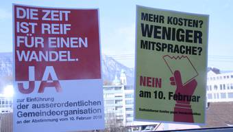 Plakativ gehen die Befürworter (l.) und die Gegner des Systemwechsels aufeinander los.