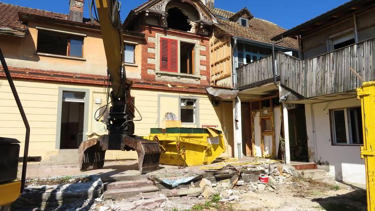 Am Kreuzplatz im Derendingen werden 2 Häuser abgerissen und machen Platz für einen Kreisel. Eines davon war das Restaurant Kreuzplatz .